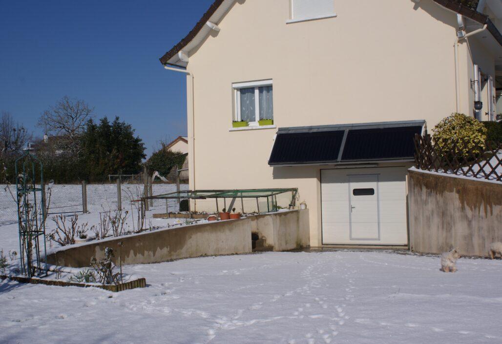 Panneaux solaires en fonctionnement sous la neige