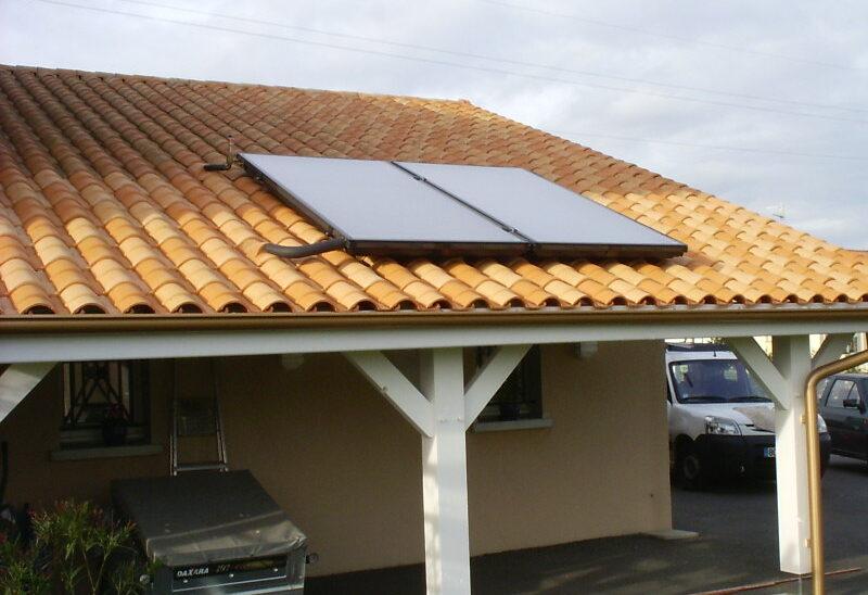 Capteurs solaires posés en toiture de préau