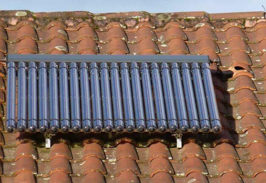Tubes sous vide FRISQUET Installation solaire en toiture