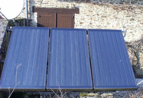 Capteurs solaires installés sur support muret